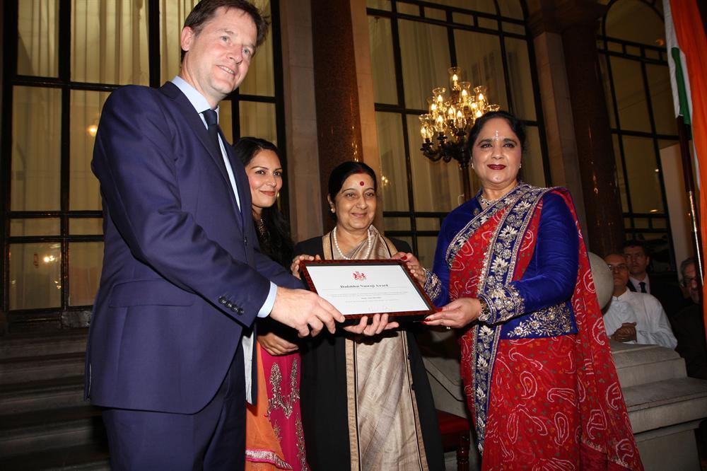 Dame Asha Khemka (right) being presented a special award by Nick Clegg (L), with Indian MEA Sushma Swaraj (2nd from R) and British MP Priti Patel also present.