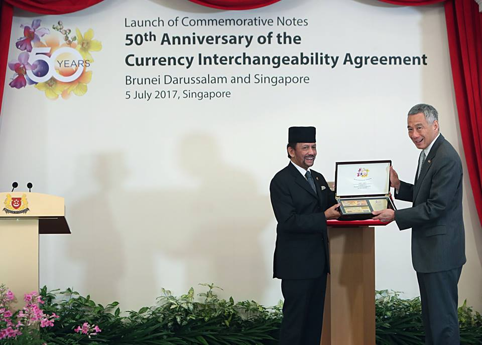 Sultan Haji Hassanal Bolkiah of Brunei Darussalam with Prime Minister of Singapore Lee Hsien Loong launching the commemorative notes. Photo courtesy: MCI Fyrol