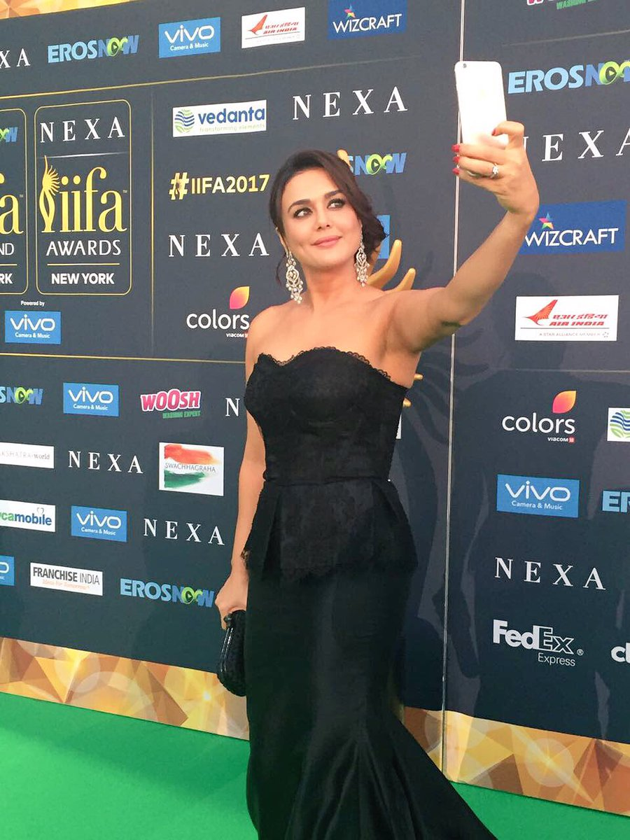 Preity Zinta takes a selfie on the Green Carpet.