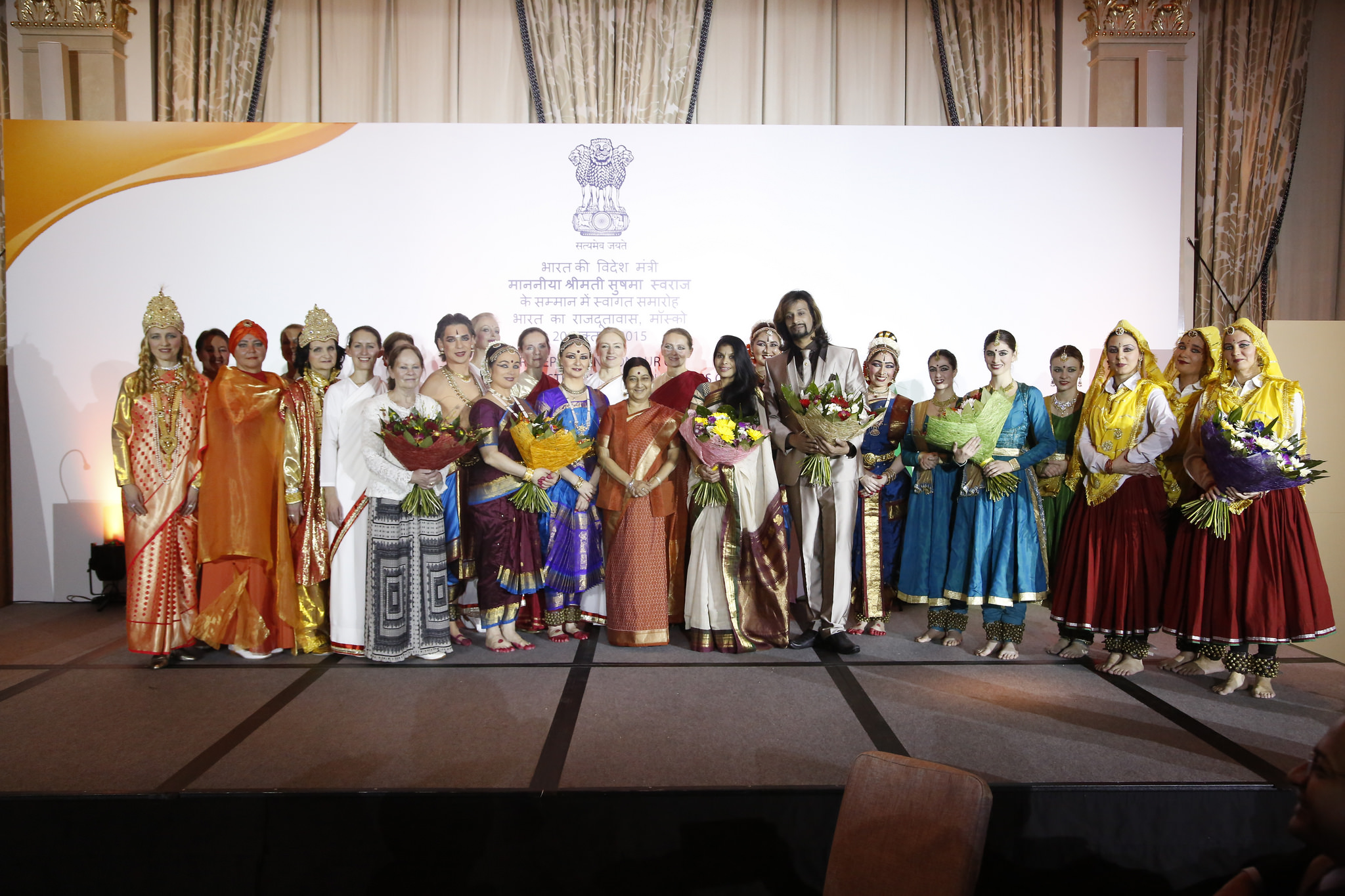 Sushma Swaraj, India's minister for External Affairs with Russian artists at Moscow 21 October 2015 Photo courtesy: Press Information Bureau/MEA