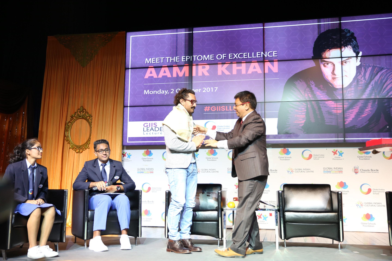 Atul Temurnikar felicitating Aamir Khan.