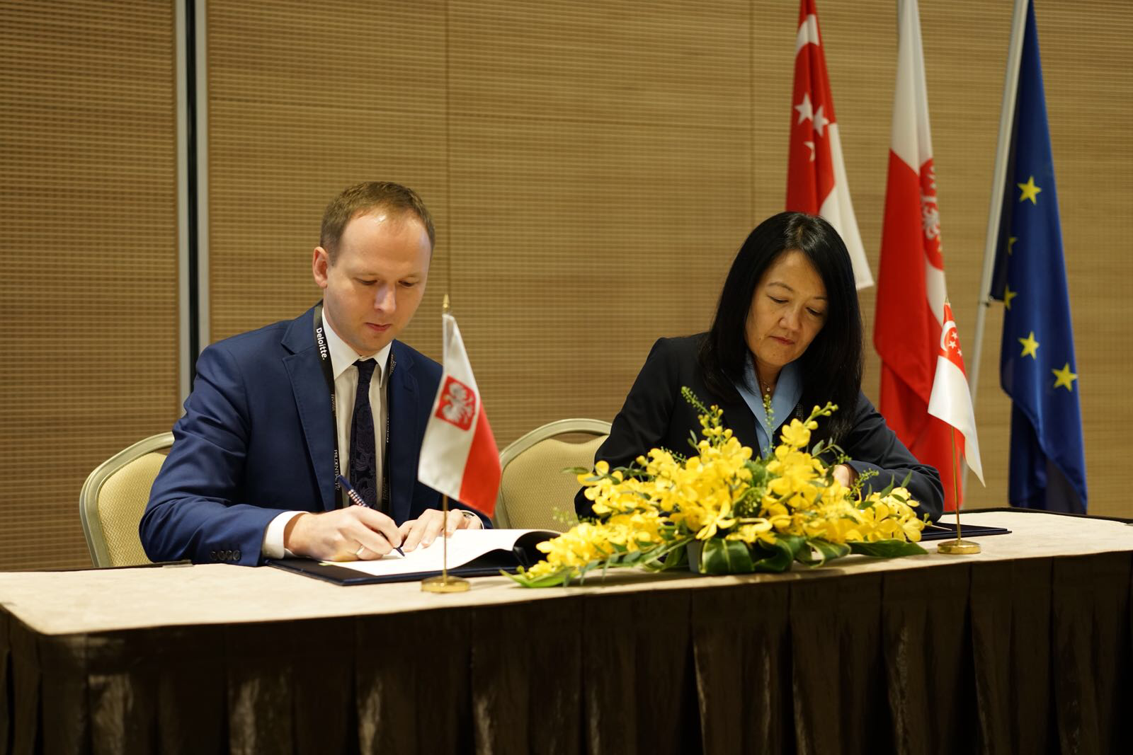 Marek Chrzanowski,KNF Chairman and Jacqueline Loh, MAS Deputy Managing Director signing FinTech co-operation agreement at the ongoing Singapore Fintech Festival.