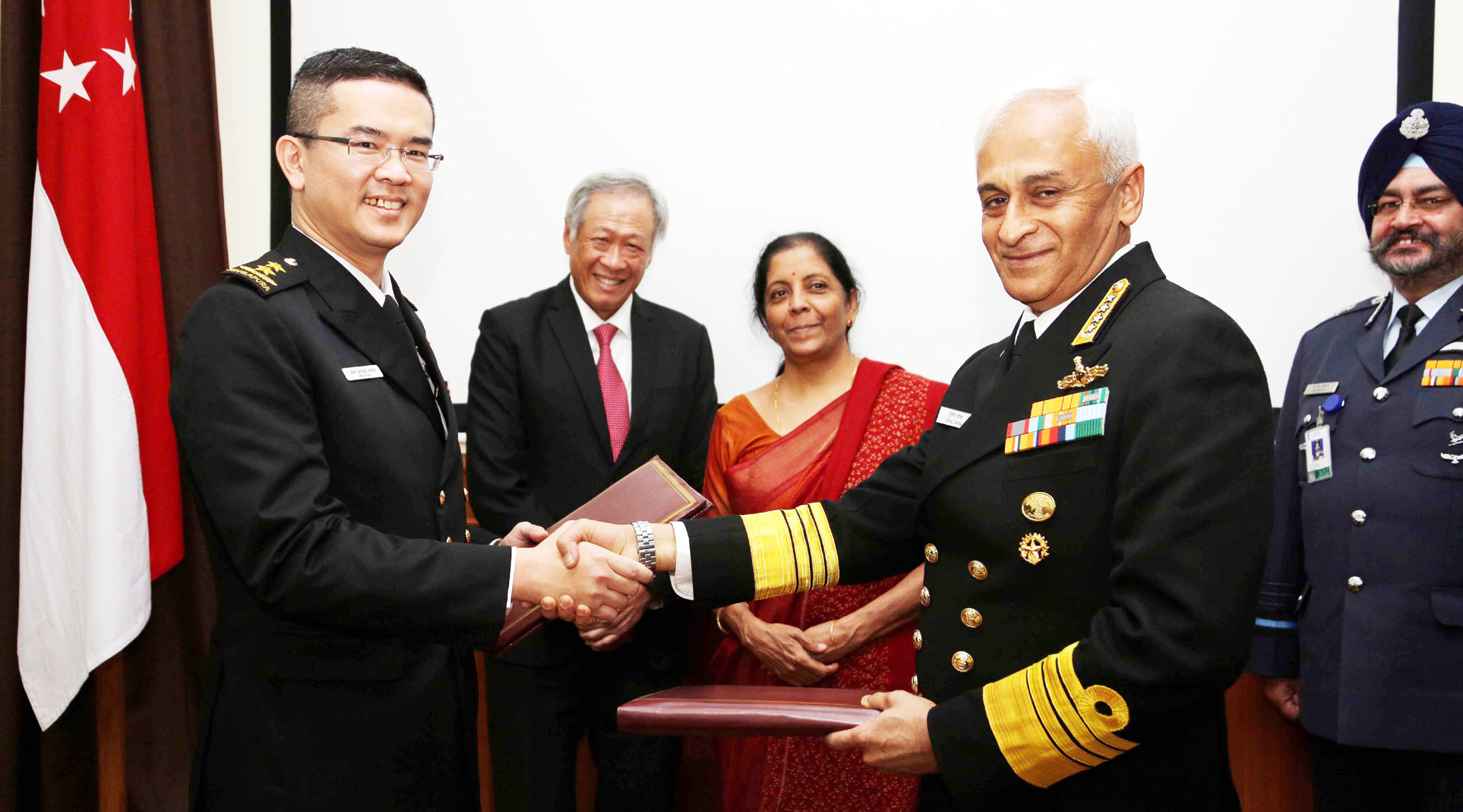 The Chief of Naval Staff, Admiral Sunil Lanba exchanging the signed documents of bilateral agreement with the Naval Chief of Singapore Rear Admiral Lew Chuen Hong, in the presence of Indian Minister for Defence, Nirmala Sitharaman, and the Defence Minister of Singapore, Dr. Ng Eng Hen, in New Delhi on November 29, 2017. The Chief of the Air Staff, Air Chief Marshal B.S. Dhanoa is also seen. (Photo courtsey: Press Information Bureau)