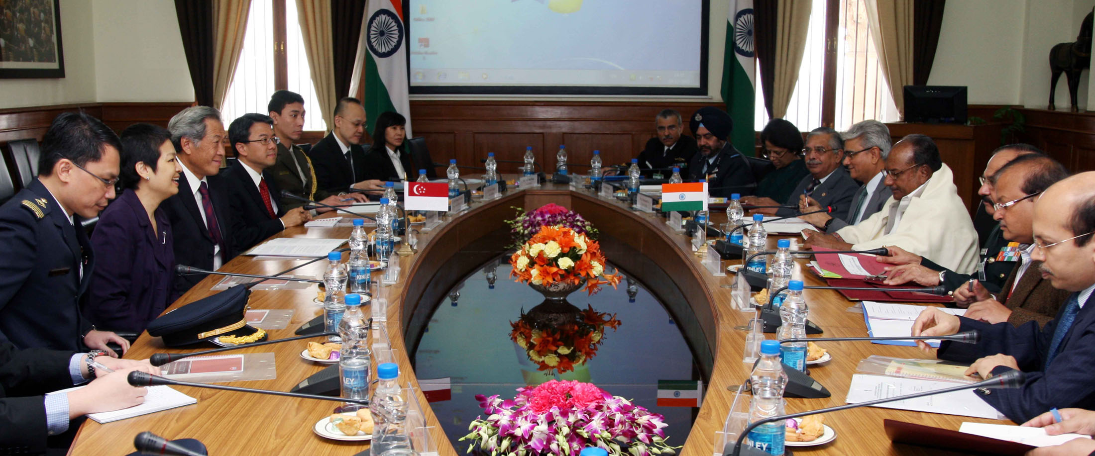 The Defence Minister of Singapore, Dr. Ng Eng Hen, and the Defence Minister, A. K. Antony, at the delegation level talks, in New Delhi on November 21, 2012.