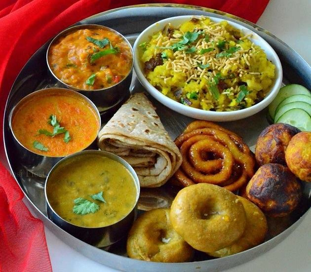 The delicious thali comprises of poha (rice flakes cooked with spices), roghan josh, saboodana #khichdi, korma, seekh kebab, achari gosht etc; which is finished with the famous Bhopali paan