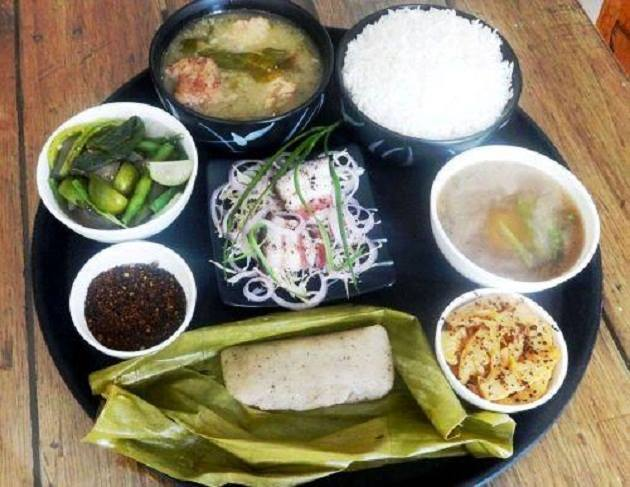 The thali has steamed rice, bai made of steamed vegetables along with meat, spinach, bamboo shoot & herbs, koat pitha (deep fried fritters with rice flour and banana) & the delectable dish misa mash poora