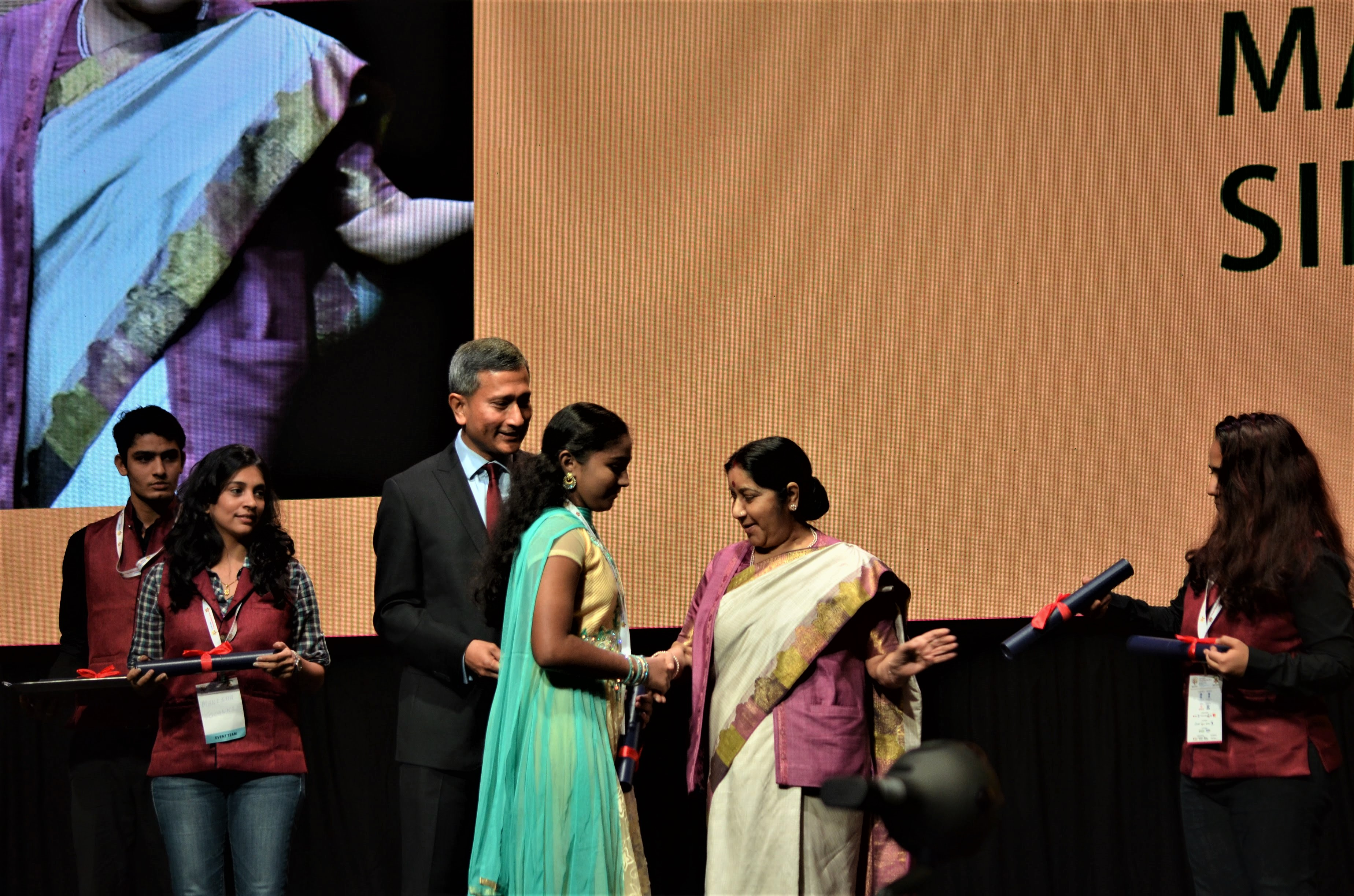 Minister for Foreign Affairs of Singapore Dr Vivian Balakrishnan and Indian Minister of External Affairs Sushma Swaraj while distributing awards to winners of the different contests of PBD.