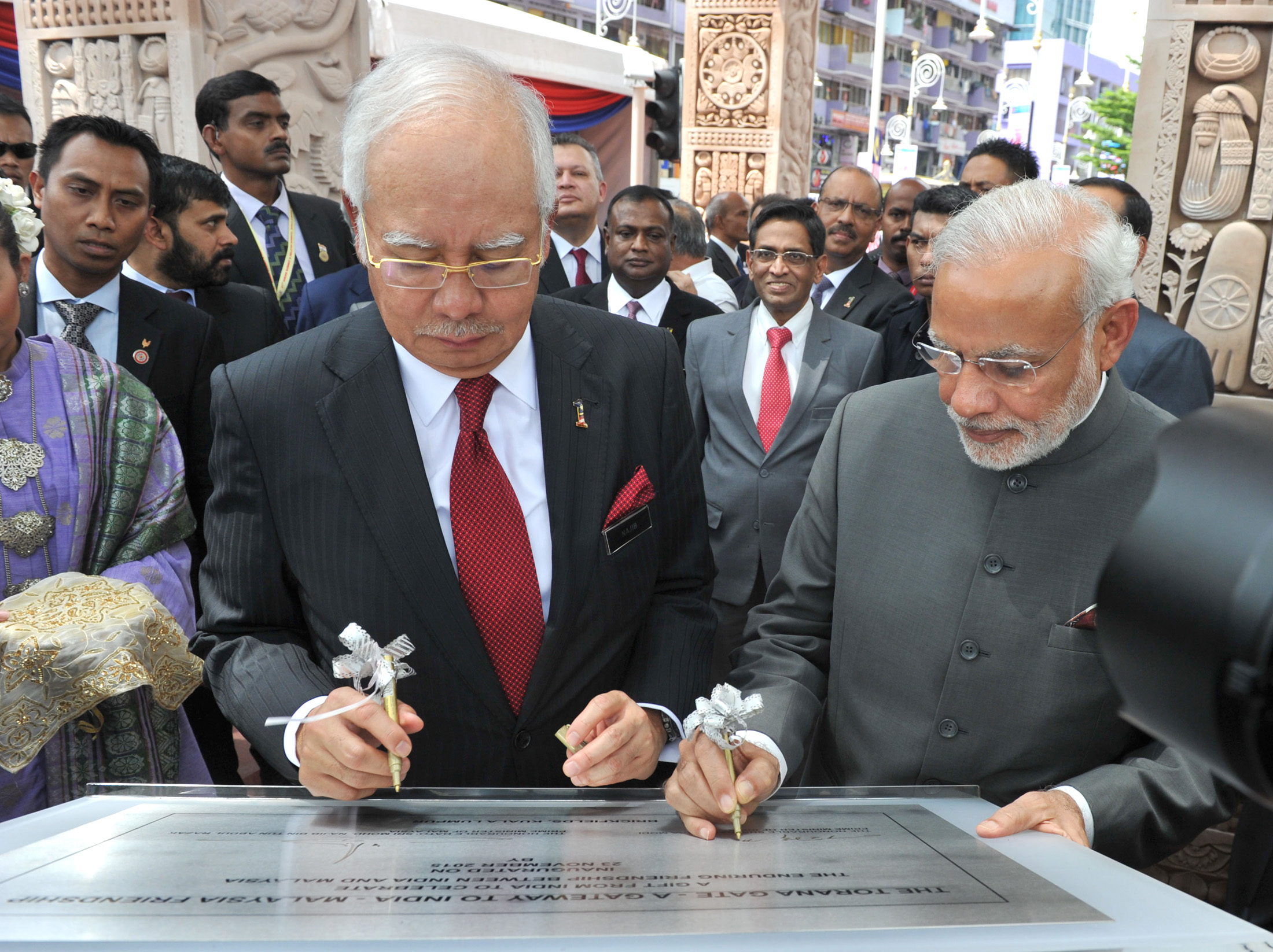 Malaysian PM Najib Razak (L) with his Indian counterpart Narendra Modi.