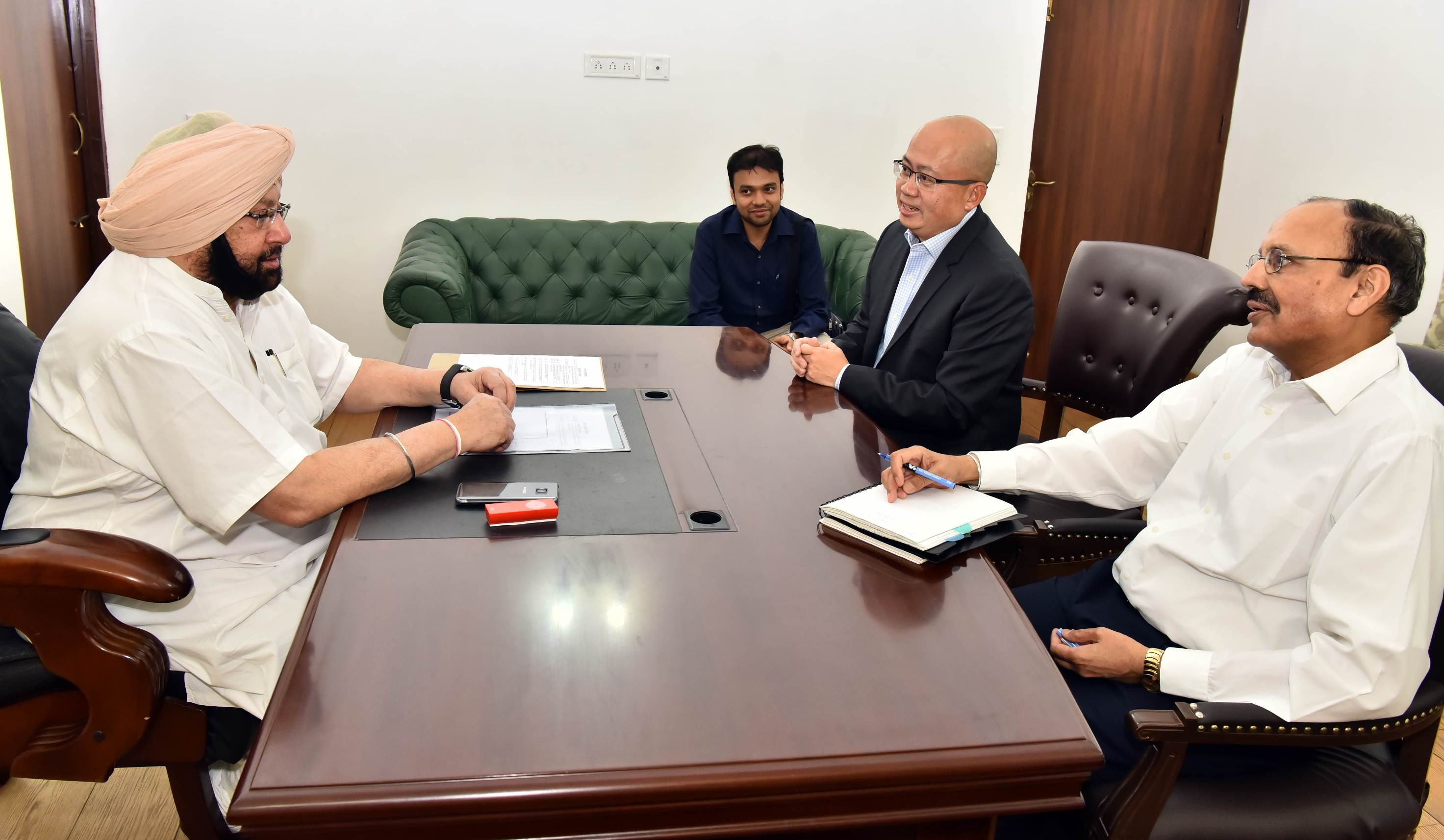 Punjab Chief Minister Captain Amarinder Singh at his residence with Vistara CEO Phee Teik Yeoh (centre) and his Advisor Gurjot Singh Malhi (right).