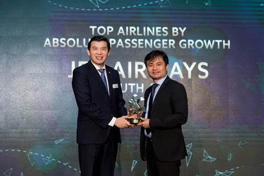 Paul Wu, General Manager – Singapore & Oceania, Jet Airways, receiving the 'Top Airline by Absolute Passenger Growth' award from Lee Seow Hiang, CEO of Changi Airport Group, at the 12th Changi Airline Awards 2017.