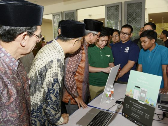 Dr Yaacob Ibrahim with Terawhere developers. Photo courtesy: MUIS