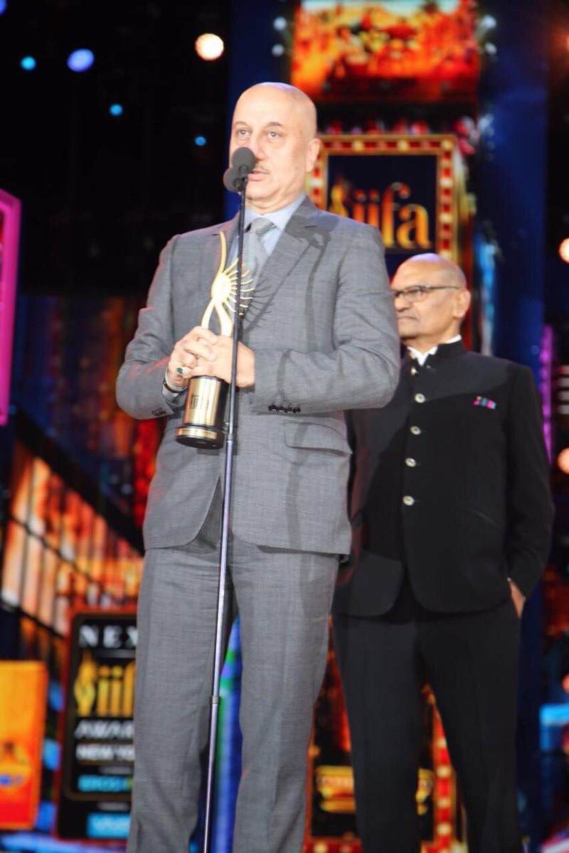 Anupam Kher accepting his award.
