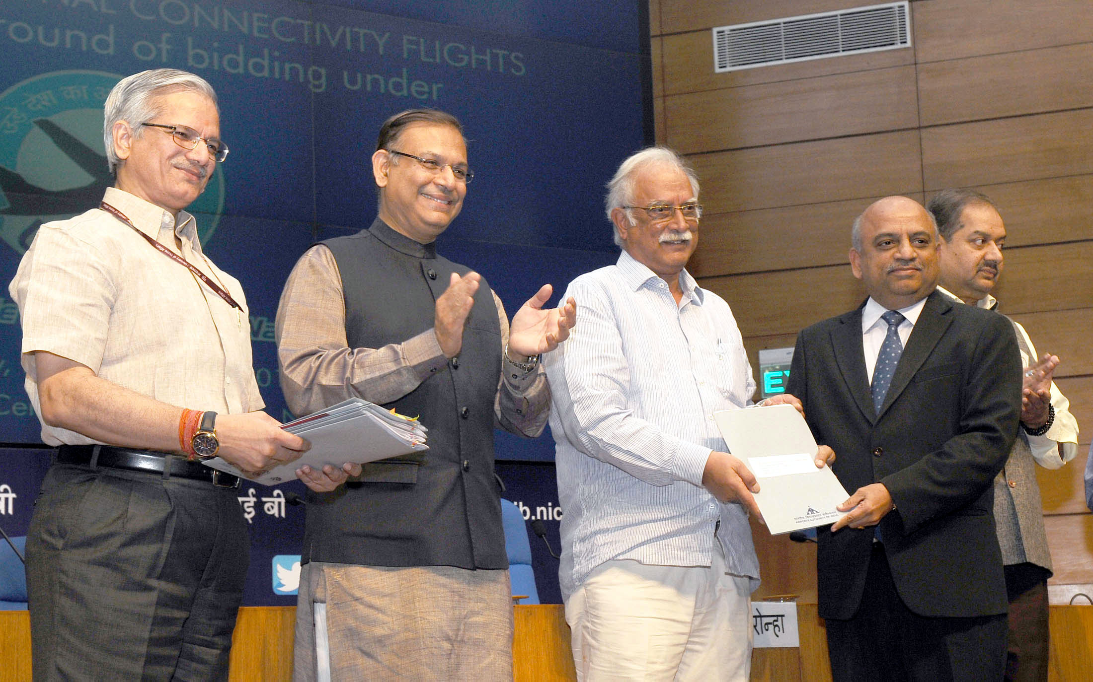 Minister of State for Civil Aviation Jayant Sinha(2nd right) Minister for Civil Aviation Ashok Gajapathi Raju Pusapati at awards ceremony for Regional Connectivity Flight routes after first round of bidding. (Photo: PIB)