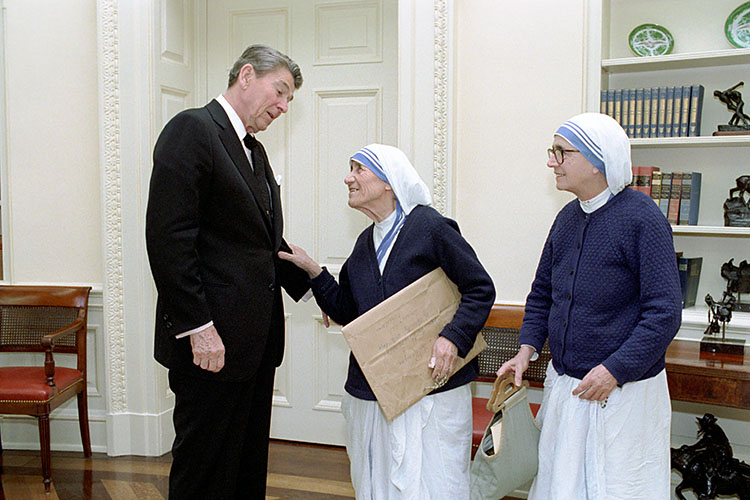 Mother Teresa (centre) with US President Ronald Reagan.