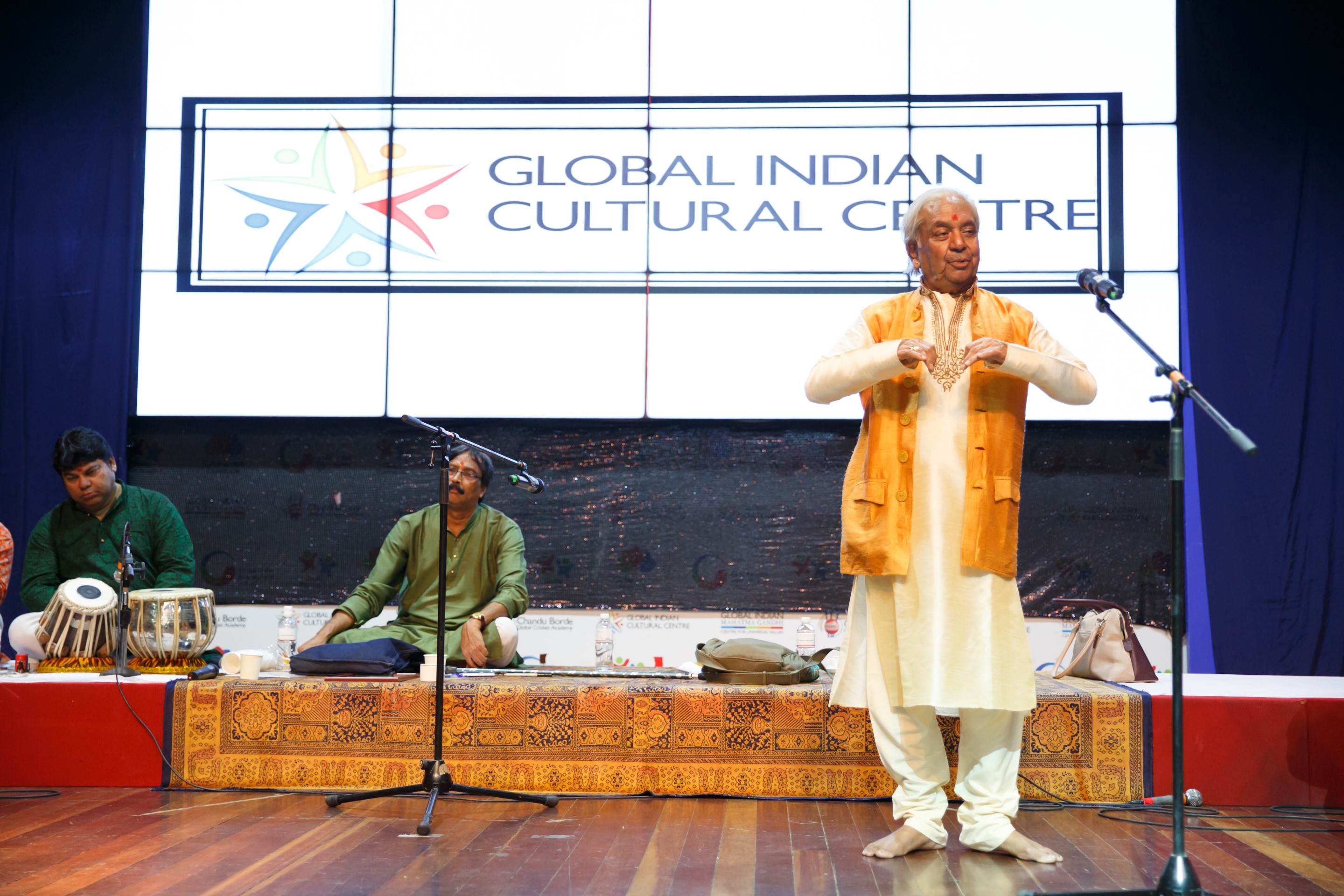 Pandit Birju Maharaj addressing students during the workshop.