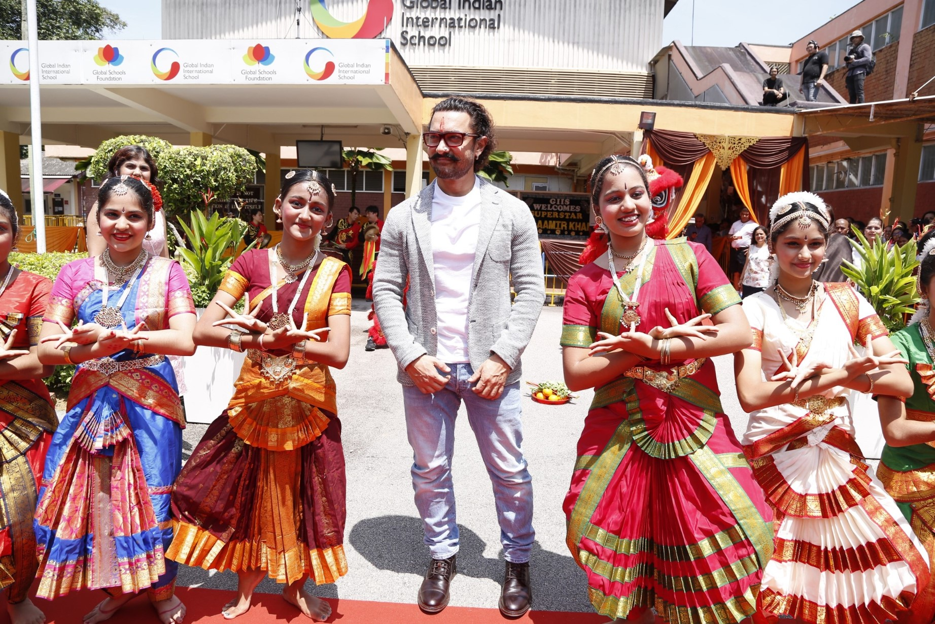 Aamir Khan being welcomed to Global Indian International School by students.