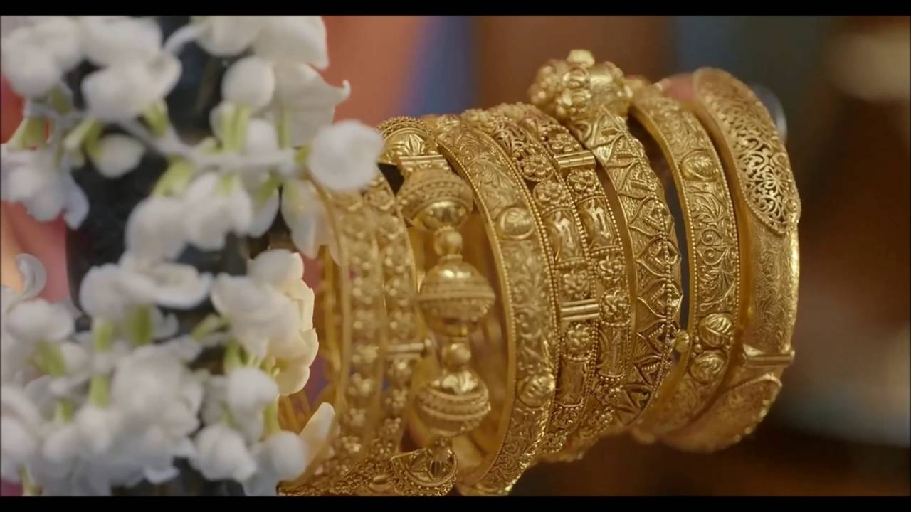 Beautiful gold bangles are available in various Dubai's jewellery shops.
