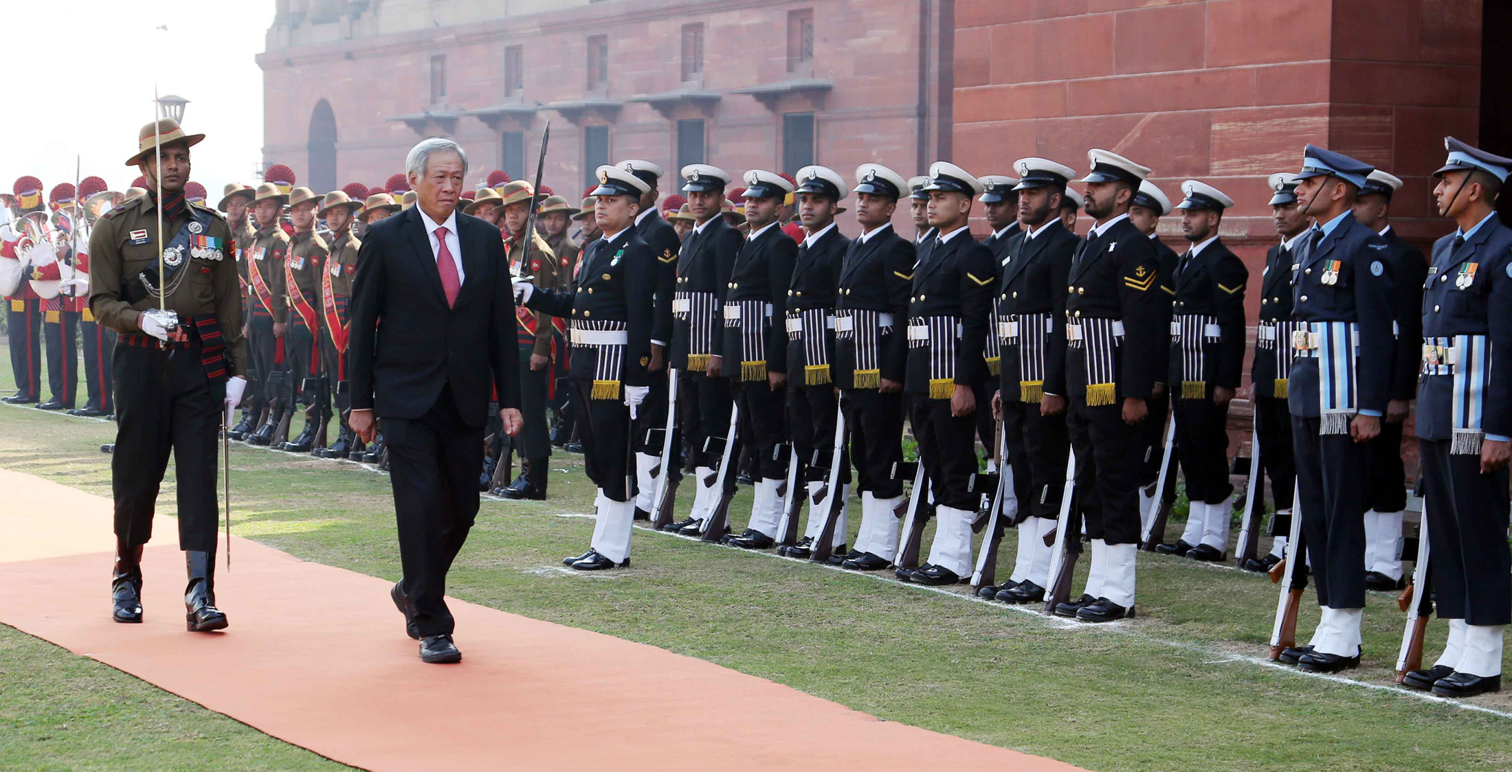 The Defence Minister of Singapore, Dr. Ng Eng Hen inspecting the Tri-Services Guard of Honour, in New Delhi on November 28, 2017. (Photo courtsey: Press Information Bureau)