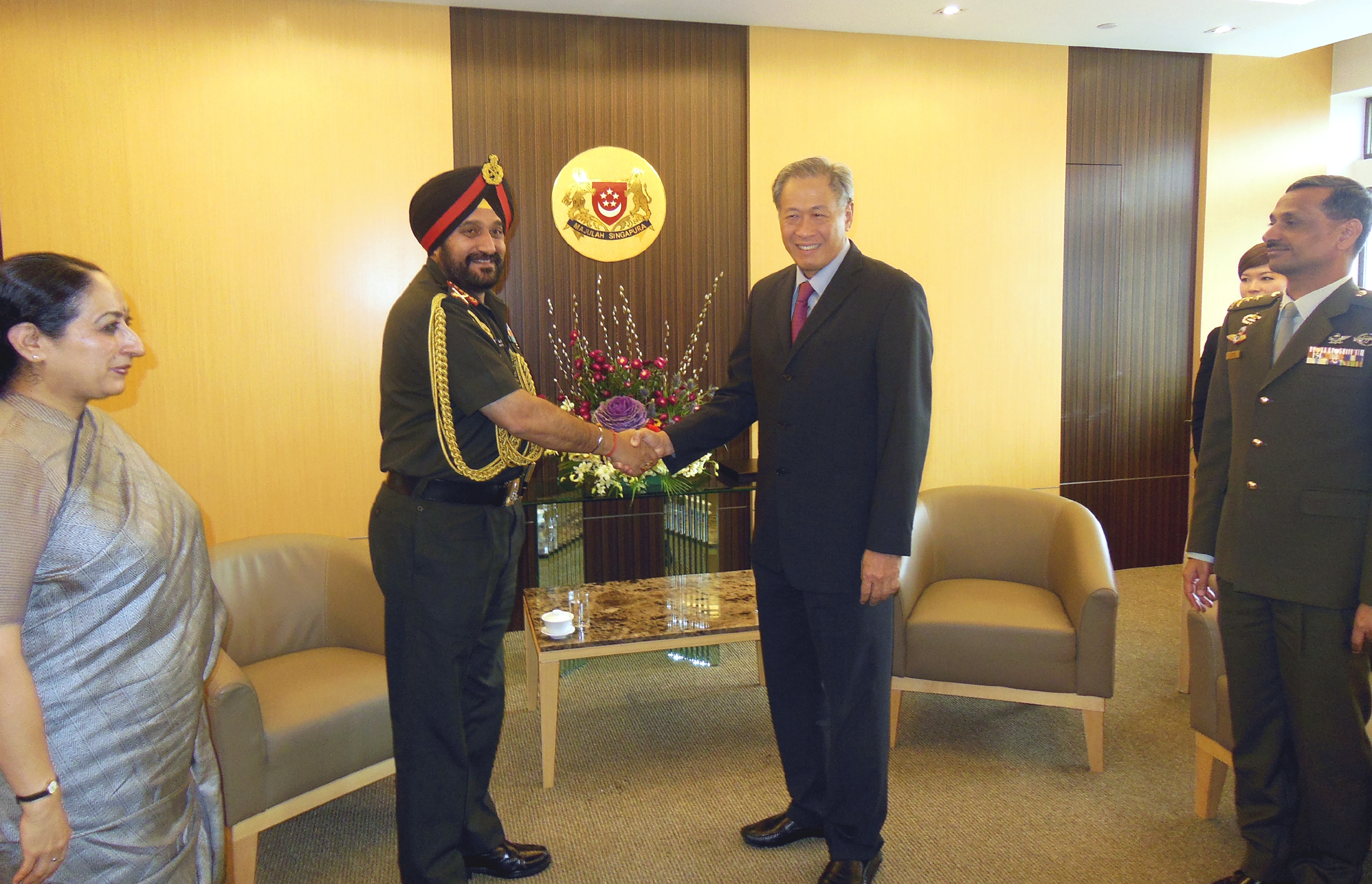 The Chief of Army Staff, General Bikram Singh meeting the Minister for Defence, Singapore, Dr. NG Eng Hen, during his visit to Singapore on January 21, 2014.