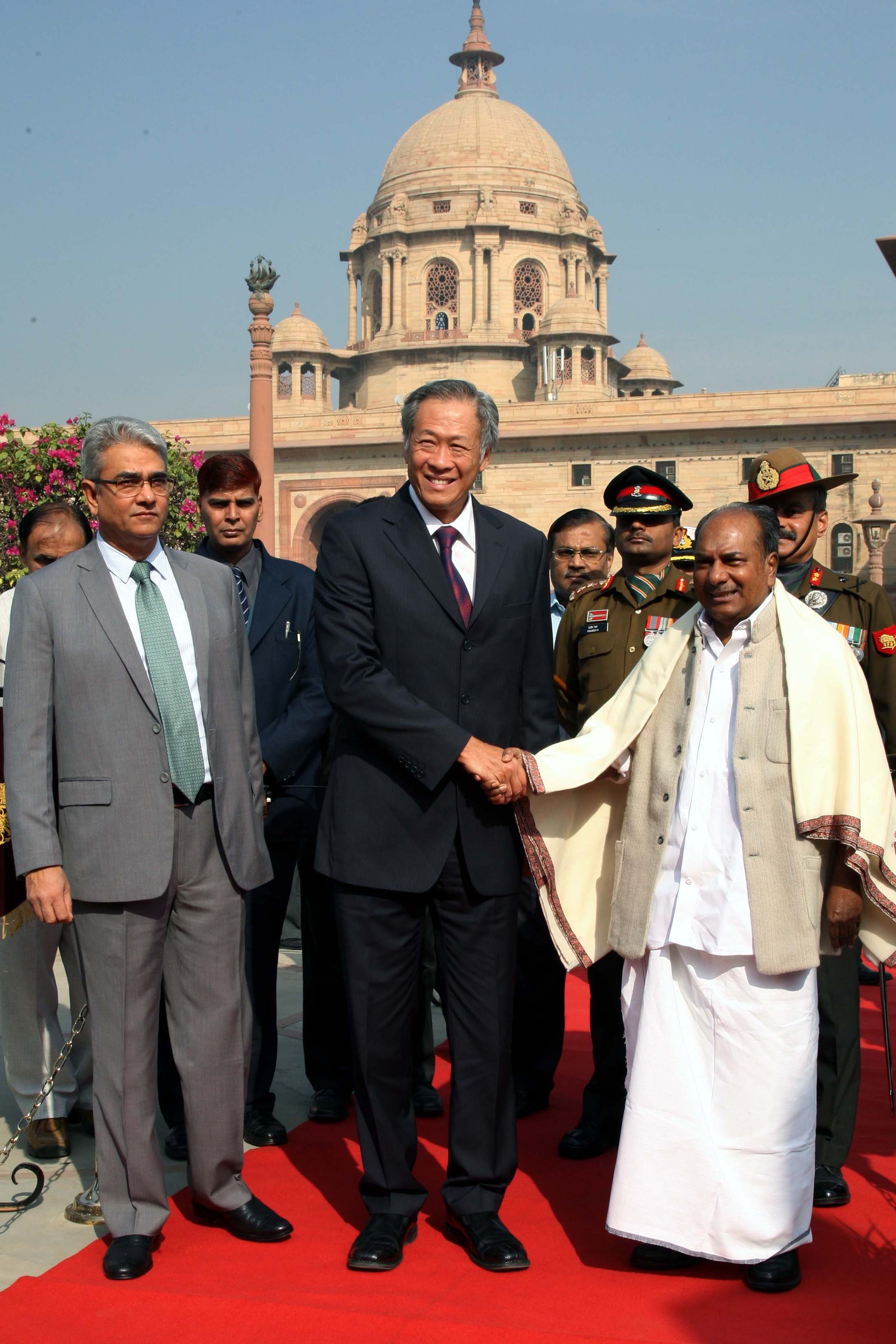 The Defence Minister of Singapore, Dr. NG Eng Hen, being welcomed by the Defence Minister, A. K. Antony, in New Delhi on November 21, 2012.