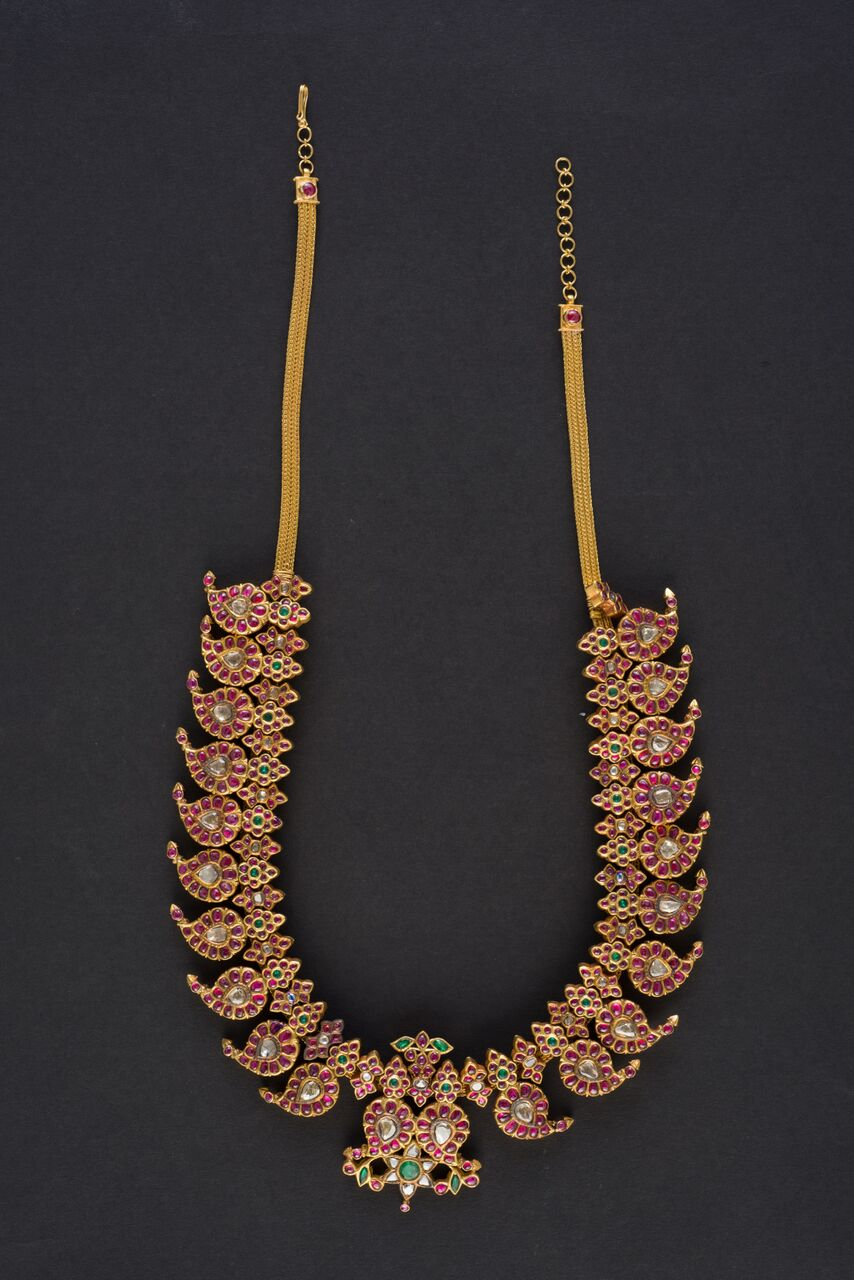 A manga malai (necklace with mango motifs) is a typical example of Tamil jewellery worn for celebratory occasions.