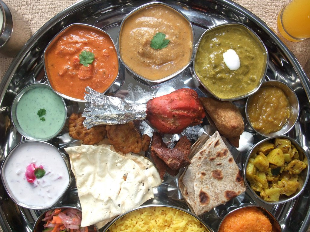 Famous for its rich, buttery flavours along with the extensive vegetarian and meat dishes, the thali comprises of sarson ka saag, makke ki roti, tandoori roti peeli dal, rice and various meat dishes