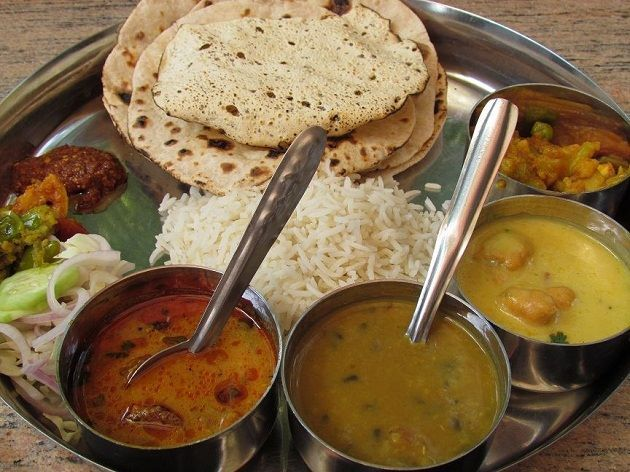 The state's thali comprises of kebab, boti, chicken masala, sattu parantha, chokha (spicy mashed potatoes), fish curry & postaa-dana kaa halwaa