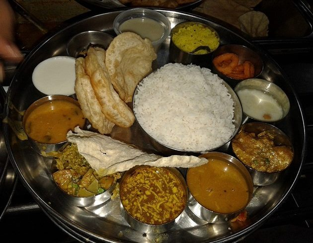 The basic thali comprises of vegetarian dishes such as bachali kura (spinach curry cooked in tamarind paste) and pachi pulusu (similar to rasam) & non-veg dishes consisting of chicken and mutton curries like ooru kodi pulusu and golichina gamsam
