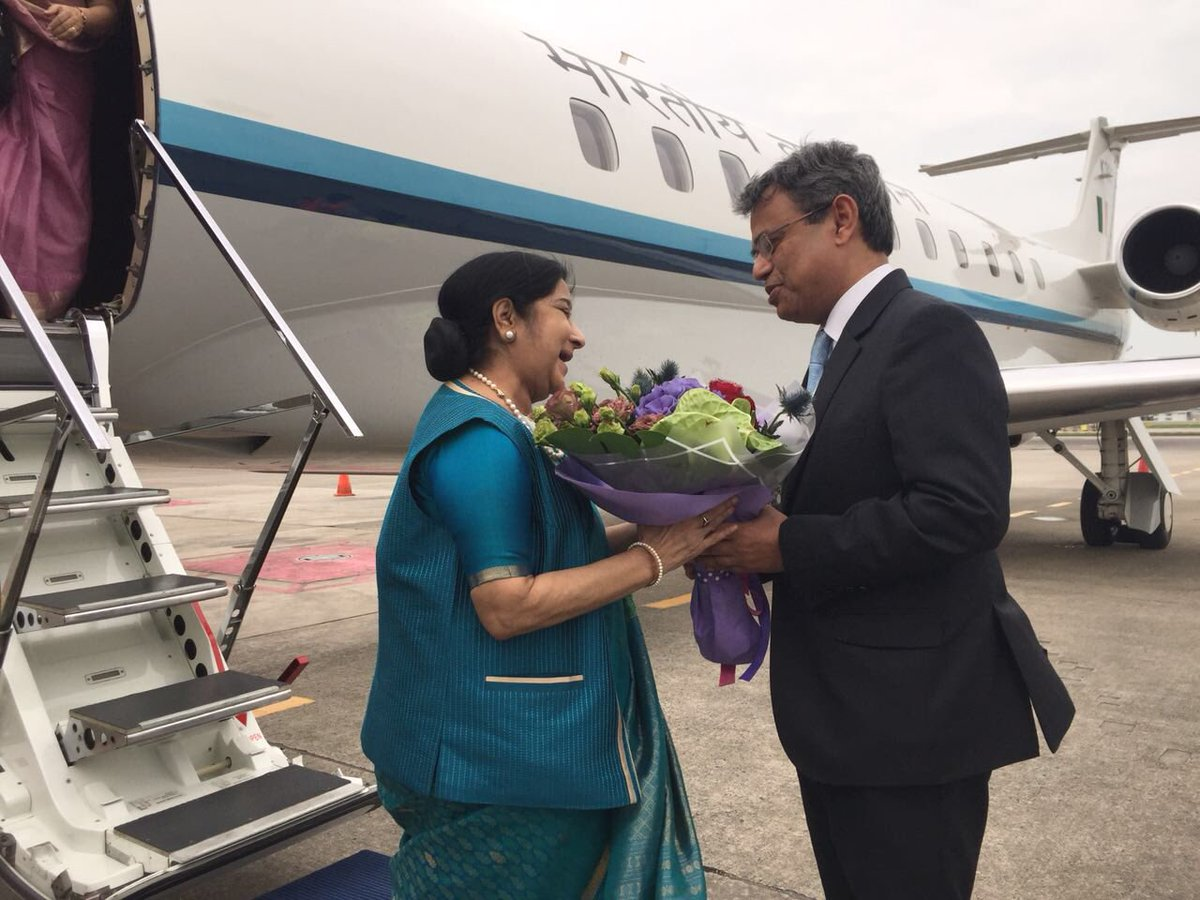 High Commissioner of India Jawed Ashraf receives the Minister of External Affairs Sushma Swaraj as she arrives in Singapore for the Regional Pravasi Bharatiya Divas celebrations.