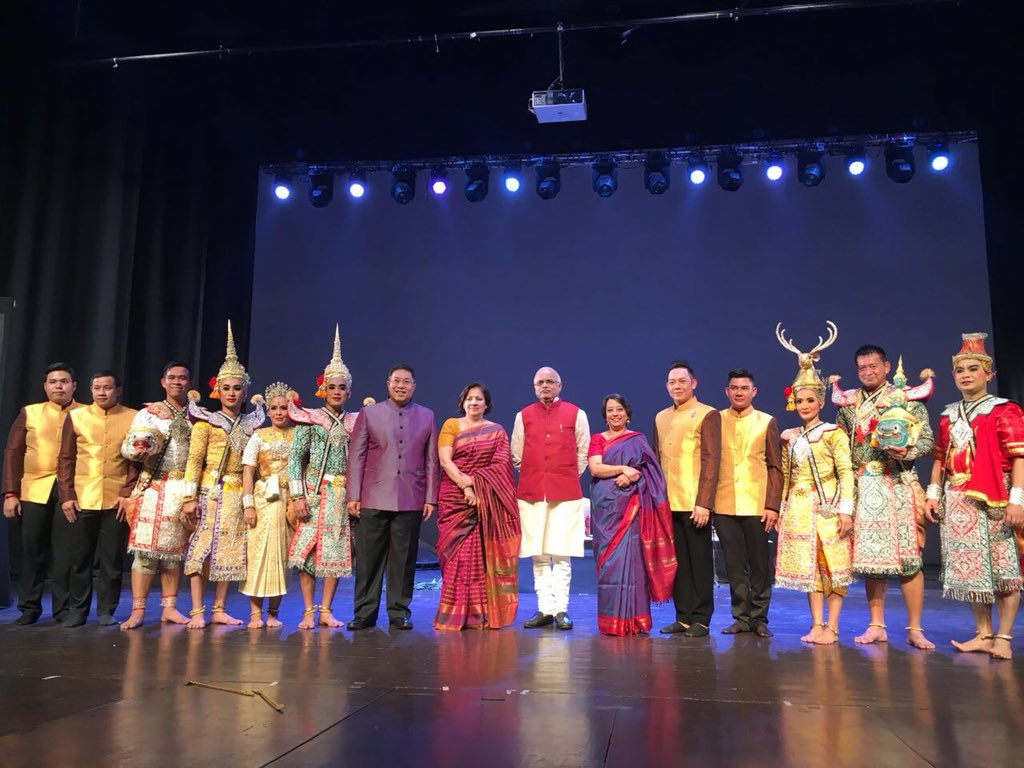 Dignitaries from ICCR and MEA with artists at the Ramayana Festival, Delhi.