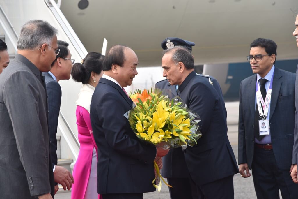 Prime Minister of Vietnam, Nguyen Xuan Phuc and Madame Tran Nguyen Thu being welcomed by Indian Human Resource Development Minister Satyapal Singh at the New Delhi airport.