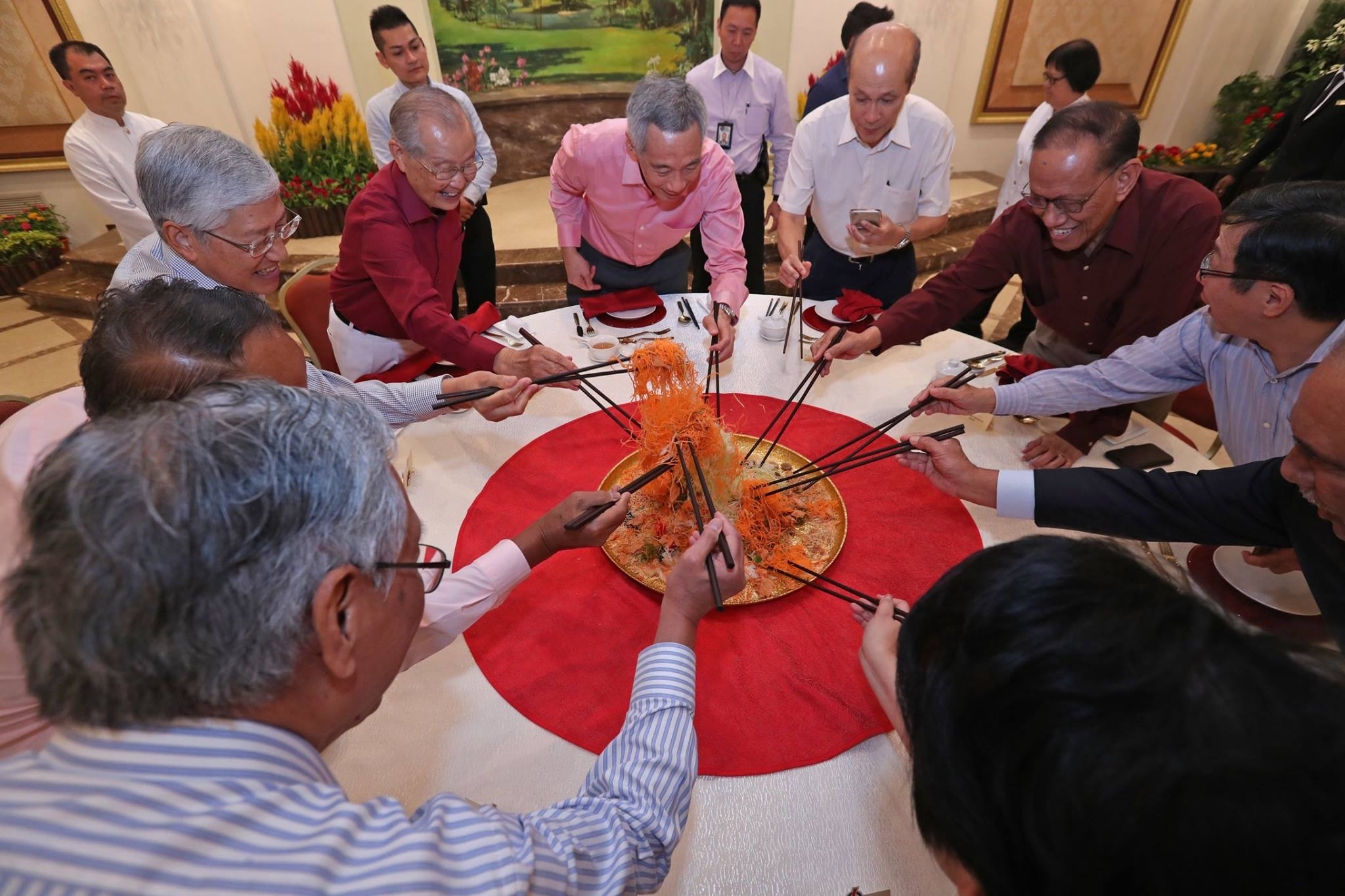 Singapore Prime Minister Lee Hsein Loong enjoying the traditional yu sheng dish along with former Members of Parliament.