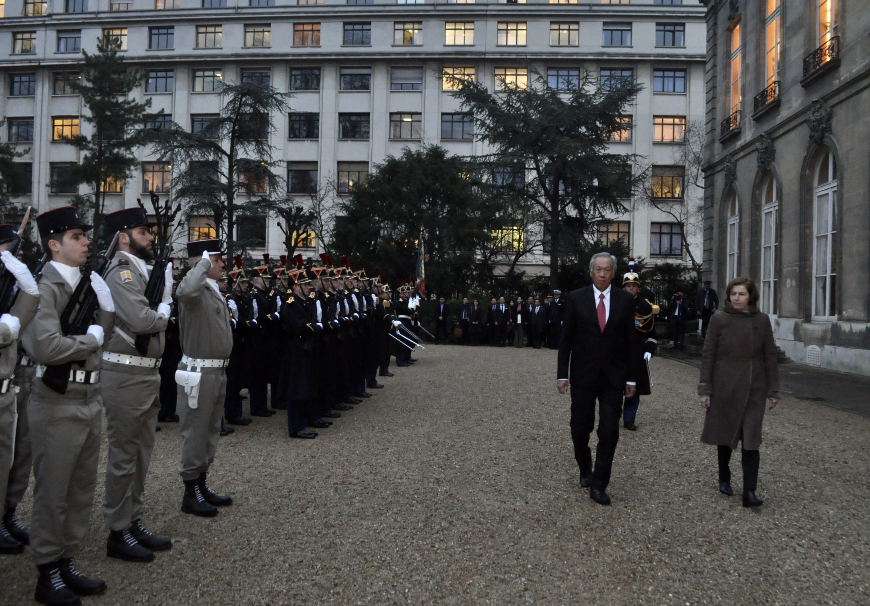 Dr Ng Eng Hen reviewing the Honour Guard at the Ministry of the Armed Forces in Paris.