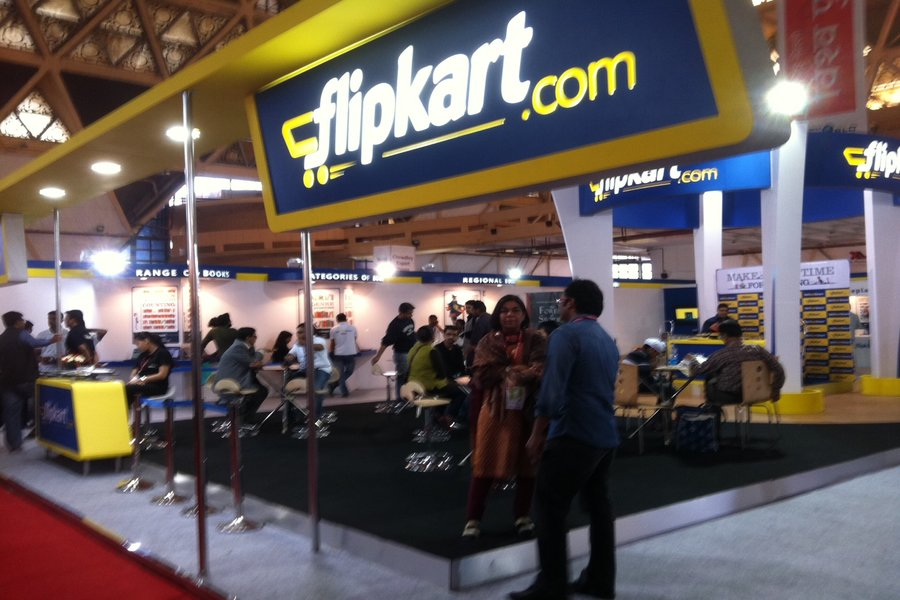 There are reports that Amazon may submit a rival offer to buy the India's largest e-commerce platform Flipkart.