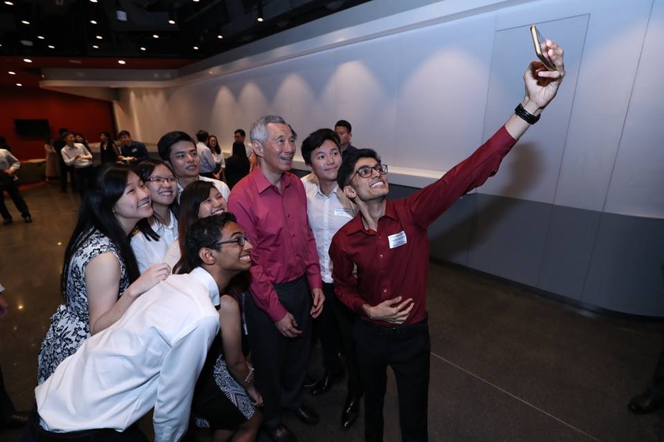 Students of SUTD taking a selfie in the company of Prime Minister Lee Hsien Loong.