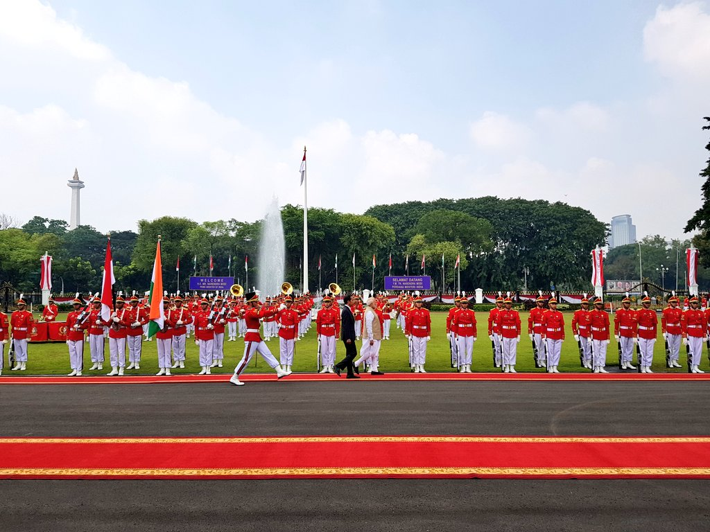 Indian Prime Minister Narendra Modi inspecting guard of honour at the Merdeka Palace. Indonesian President Joko Widodo is also along with him. Photo courtesy: Twitter page of MEA
