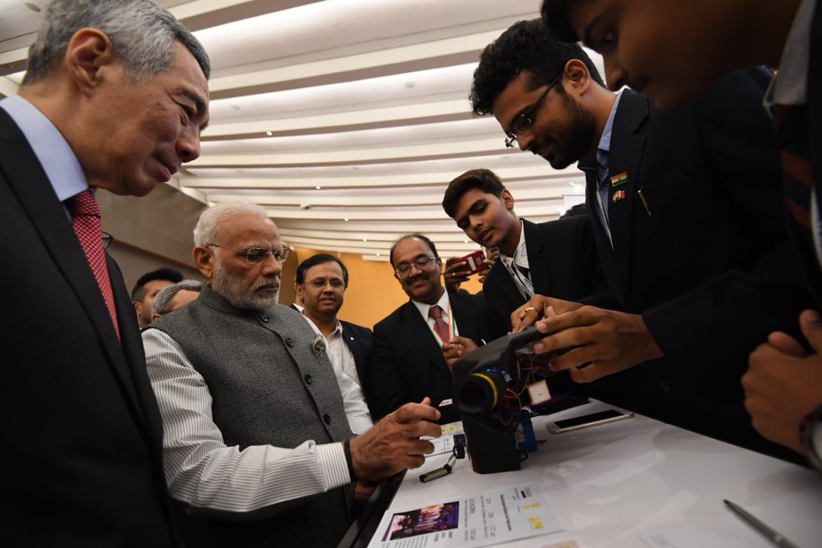 Indian Prime Minister Narendra Modi and Prime Minister of Singapore Lee Hsien Loong visiting the India-Singapore Enterprise and Innovation Exhibition. Entrepreneurs demonstrated frontier technologies in the exhibition.