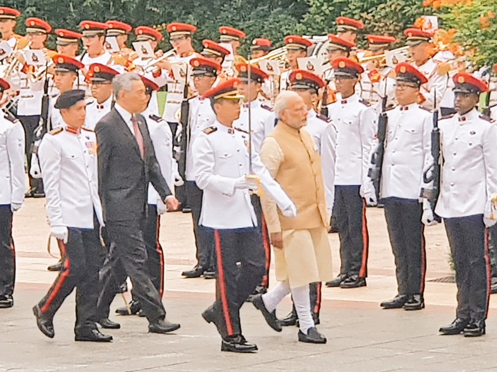 Prime Minister of Singapore Lee Hsien Loong is also present while PM Modi is accorded ceremonial welcome at Istana.