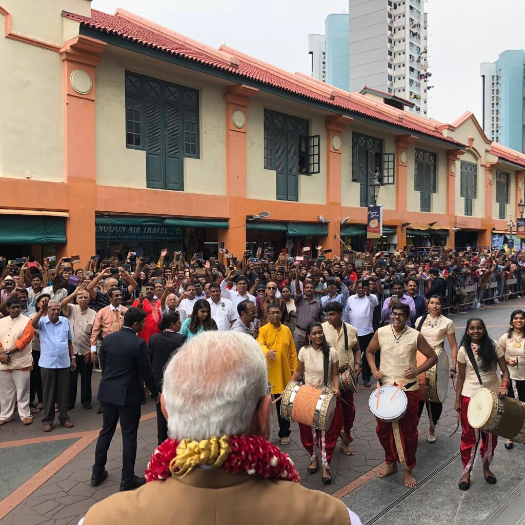 PM Modi being given a rousing reception at Indian Heritage Centre. Photo courtesy: Twitter/@MEAIndia