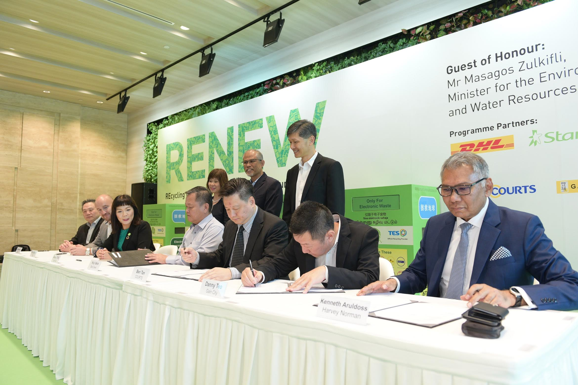 Signing of MOU between retailers, StarHub, DHL and TES. Photo courtesy: Starhub.