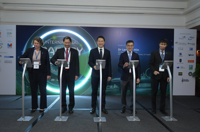 Dr Heike Deggim, Director, Director of Maritime Safety Division, International Maritime Organization (IMO), Mr NIam Chiang Meng, Chairman, Maritime and Port Authority of Singapore, Dr Lam Pin Min, Senior Minister of State for Ministry of Transport & Ministry of Health, Mr Andrew Tan, Chief Executive, Maritime and Port Authority of Singapore and Mr Michael Phoon, Executive Director, Singapore Shipping Association launching the opening of the conference