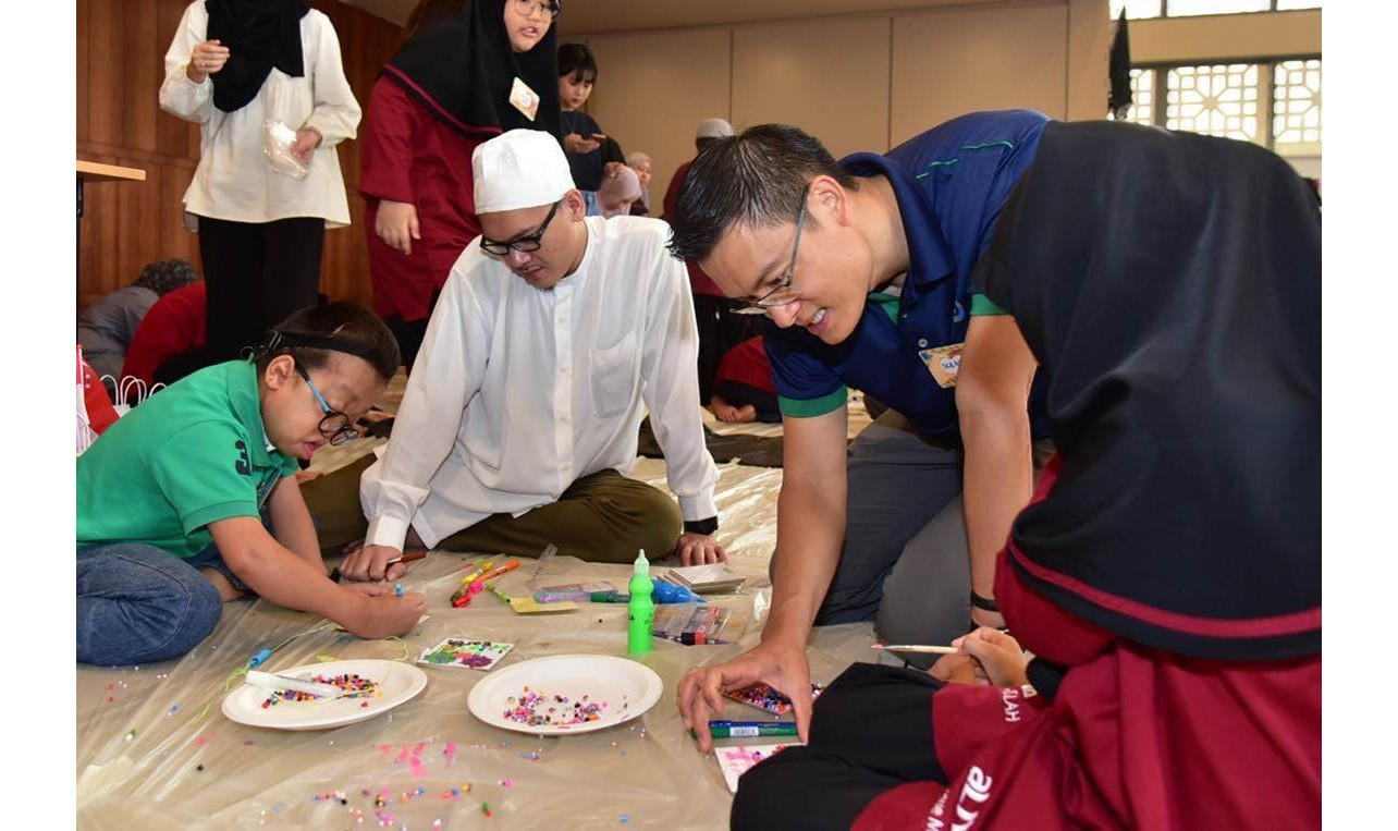Esa Masood, deputy chief of MUIS helping the students at the workshop. Photo courtesy: MUIS