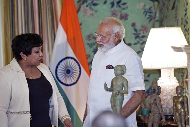 The US Attorney General Loretta Lynch handing over 200 ancient artefacts to Indian Prime Minister Narendra Modi (right). Photo courtesy: MEA