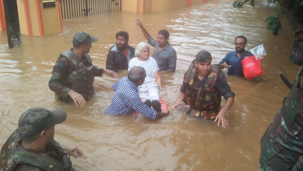 Indian armymen rescuing an old woman trapped in Kerala floods. Photo courtesy: Twitter@/ADG PI, Indian Army