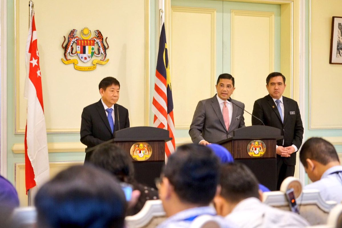 Transport Minister of Singapore Khaw Boon Wan and Malaysian Economic Affairs Minister Azmin Ali jointly adressing a press conference in Putrajaya after the singing the agreement. Photo courtesy: Twitter@/AzminAli