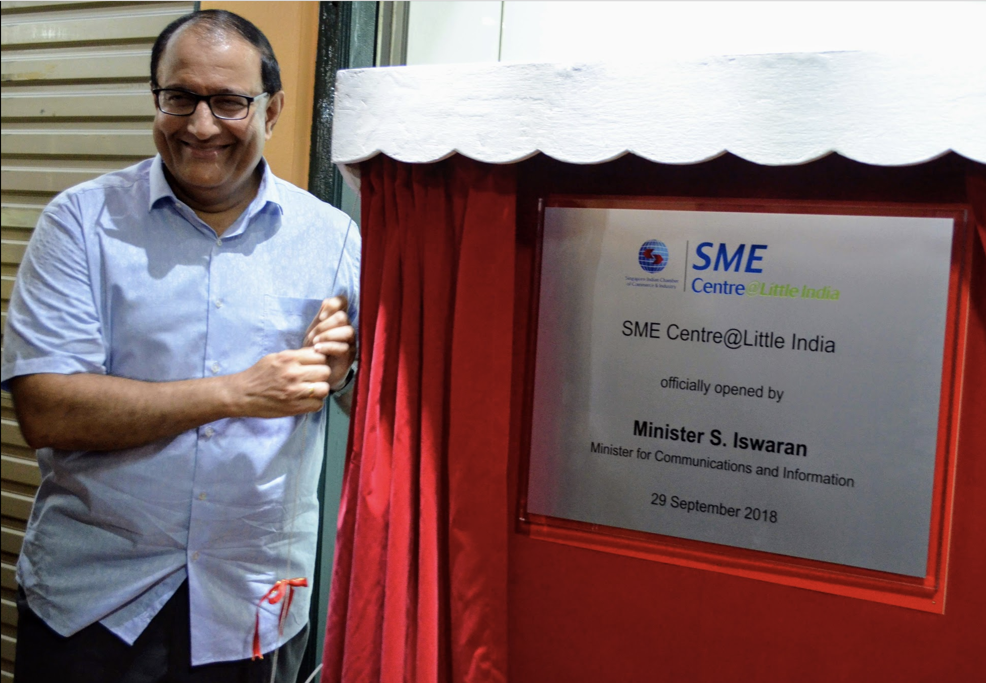 S Iswaran, Minister of Communications and Informartion unveiling the plaque at the SME Centre in Little India arcade Photo: Connected to India