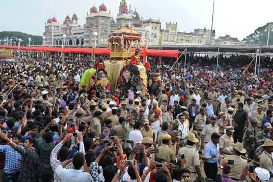 In the Dasara procession, idol of the Goddess Chamundeshwari is placed in a golden howdah on the top of a decorated elephant. Photo courtesy: Wikimedia