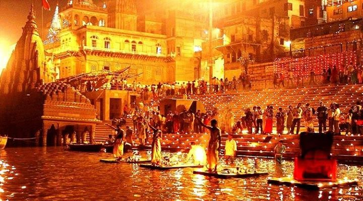 A special Ganga Aarti taking place in the evening at Varanasi. Photo courtesy: Wikimedia