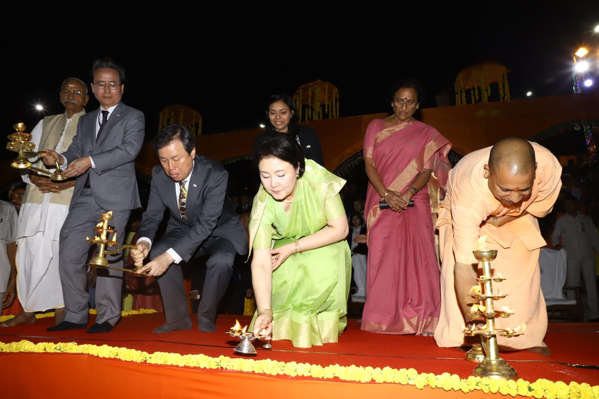 South Korean First Lady Kim Jung-sook and Chief Minister of Uttar Pradesh Yogi Adityanath lighting the lamp in Ayodhya. Photo courtesy: Twitter@/MEAIndia