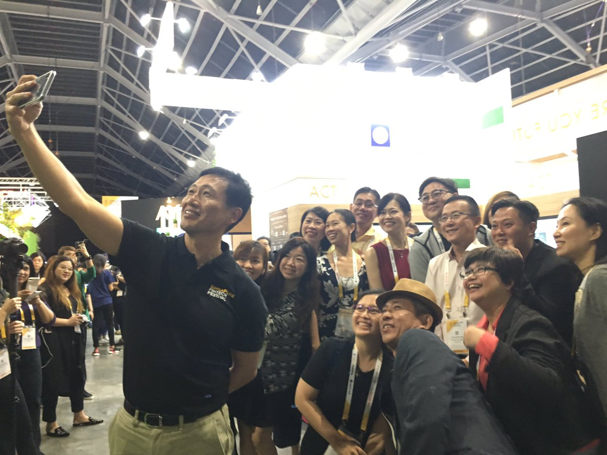 Ong Ye Kung literally became a star at the Singapore Fintech Festival. The Minister is taking a selfie along with the attendees at the Festival. Photo courtesy: Twitter/@sg_MAS